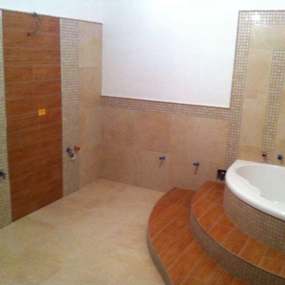 Bagno con finto legno bagni con pavimento in legno bagno - Rivestimento bagno gres porcellanato ...
