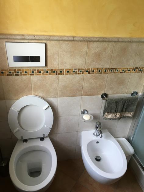 Bagno in muratura con lavabo semincasso e listelli in pietra