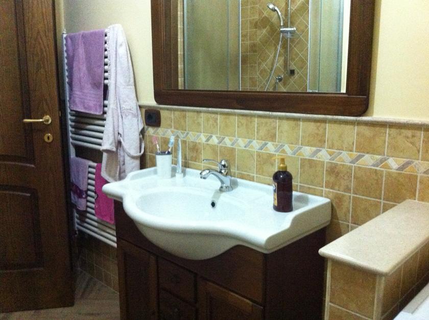 Bagno classico con doccia rettangolare ad angolo - Greca per bagno ...