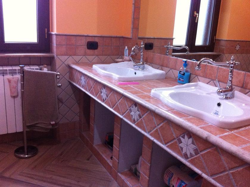 Bagno in muratura doppio lavabo e doccia semicircolare con sedile - Lavabo bagno muratura ...