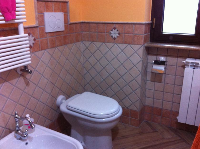 Bagno in muratura doppio lavabo e doccia semicircolare con - Piastrelle 10x10 bagno ...