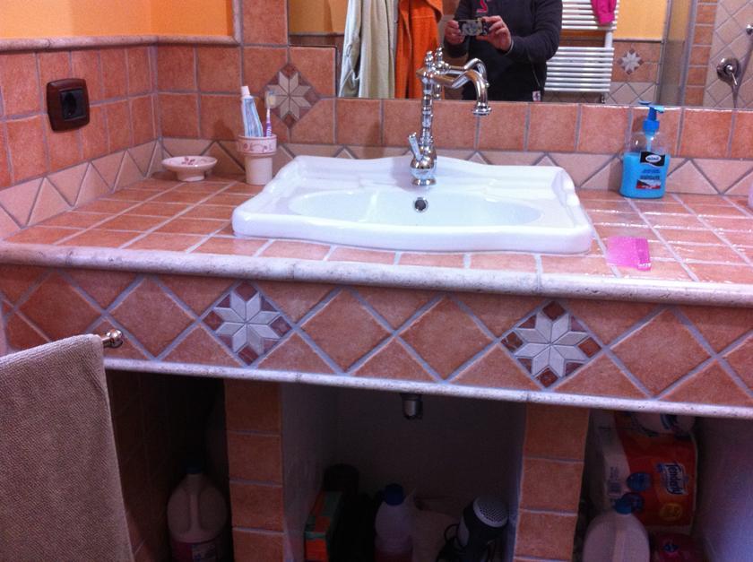 Bagno in muratura doppio lavabo e doccia semicircolare con sedile