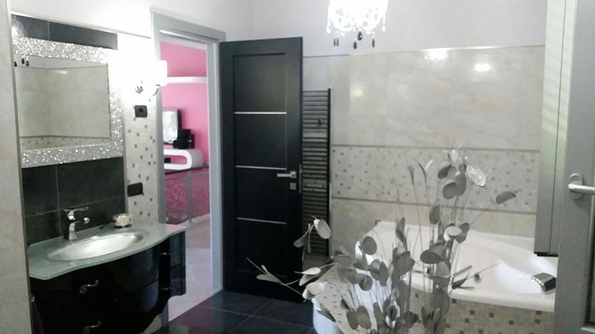 Bagno moderno con vasca idromassaggio rivestito in gres porcellanato effetto marmo levigato lucido - Bagno effetto marmo ...