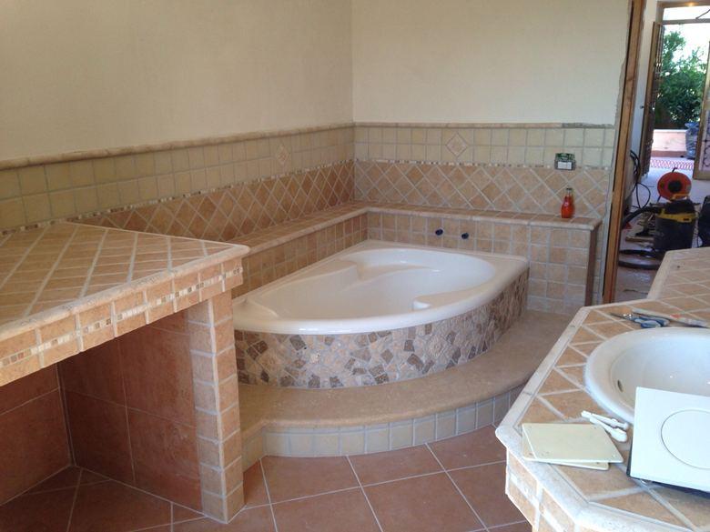 Rivestire vasca da bagno con mosaico con sole un mix di decori e