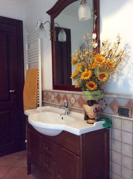 Bagno rustico in 10x10 bicolore con decori e listelli in pietra - Bagno rustico in pietra ...