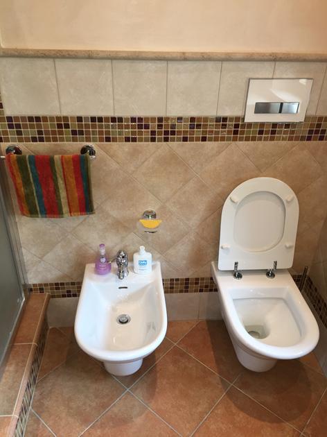 Bagno con spaziosa doccia in mosaico con sedile - Bagno muratura mosaico ...