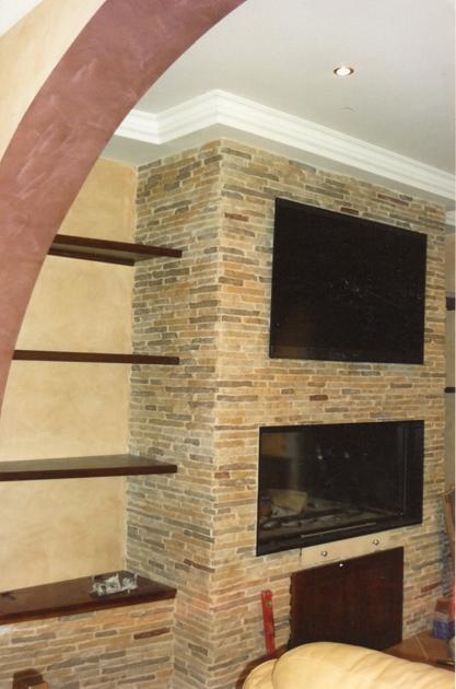Rivestimento camino bifacciale con cornice e parete in pietra for Tv sopra camino