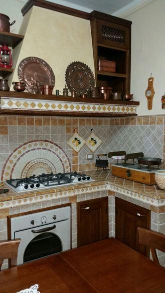 Cucina in muratura bicolore con greche marmo - Cucine in marmo ...