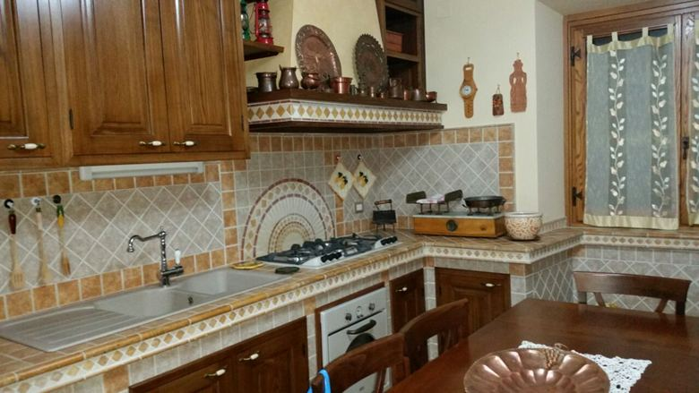 Cucina in muratura bicolore con greche marmo - Piastrelle per cucina in muratura 10x10 ...
