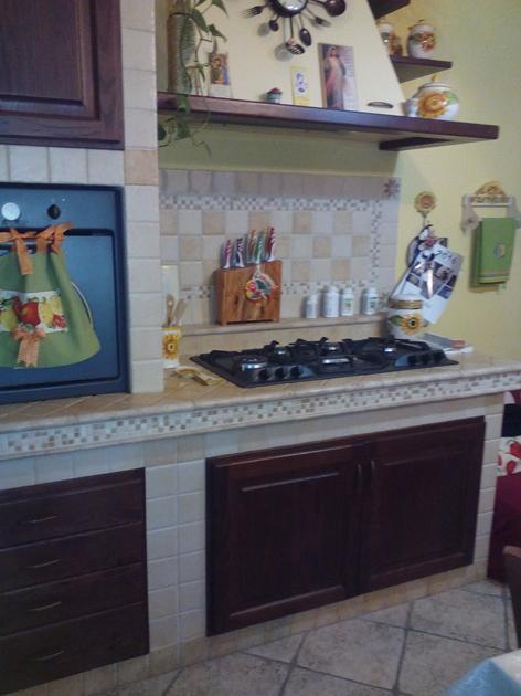 Cucina in muratura con mosaico e decori in pietra - Decori per cucine in muratura ...