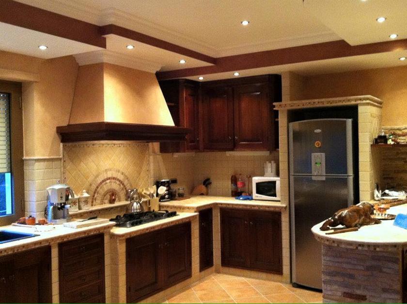Cucina in muratura con penisola piano cottura ribassato for Cucine con piano cottura centrale