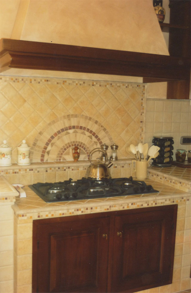 Cucina in muratura con penisola piano cottura ribassato e rosone in pietra - Mosaico per cucina ...