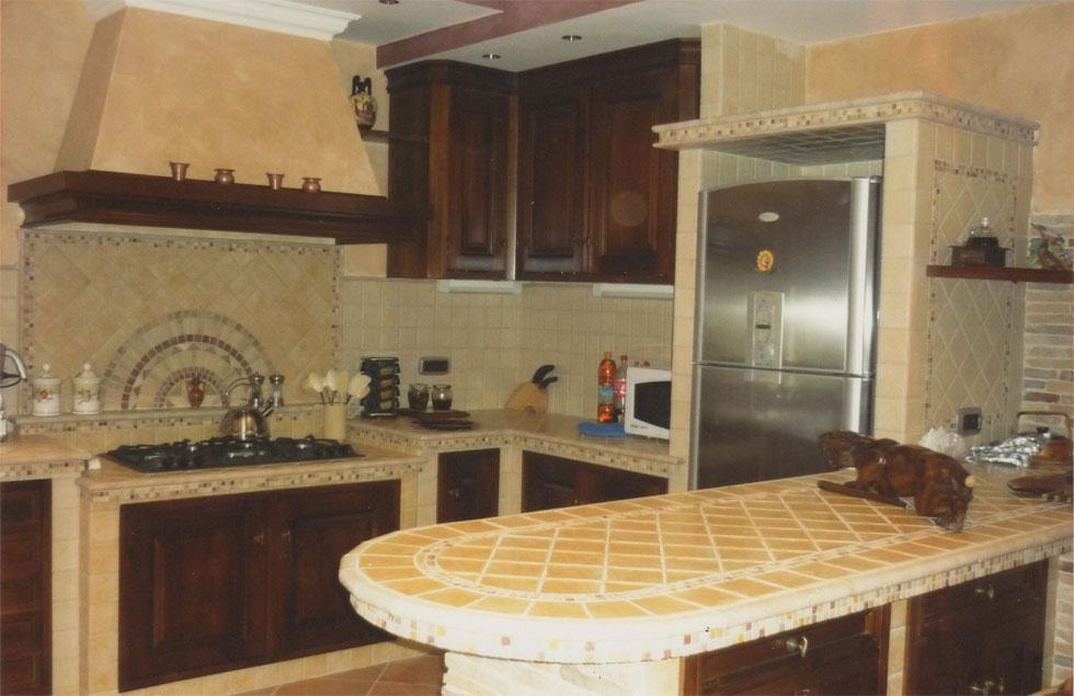 Cucina in muratura con penisola piano cottura ribassato e rosone in pietra - Piano cucina in muratura ...
