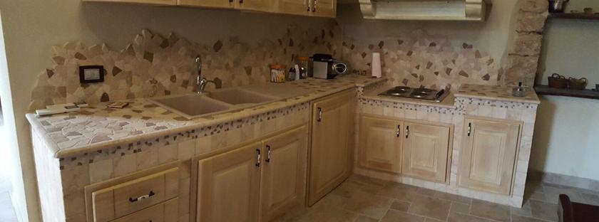 Cucina in muratura rustica con piano in pietra
