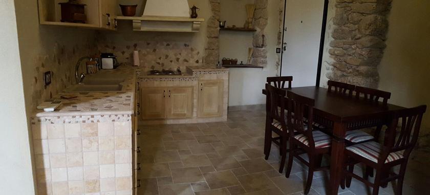Cucina in muratura rustica con piano in pietra - Cucina rustica in pietra ...