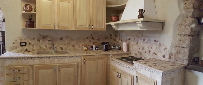 Cucina in muratura rustica con piano in pietra - Cucina muratura rustica ...