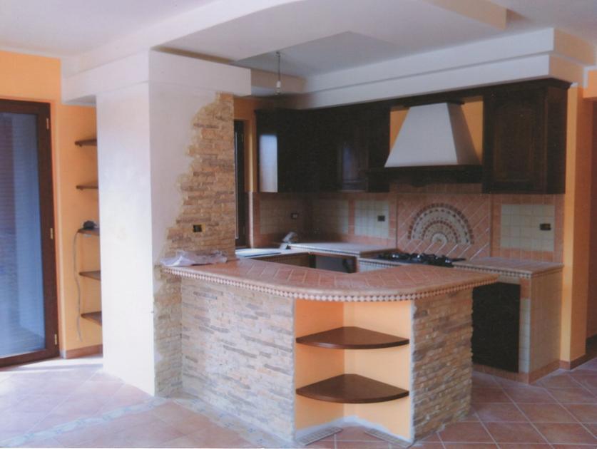 Cucina in muratura con penisola e dettagli in pietra - Cucine in muratura con penisola ...