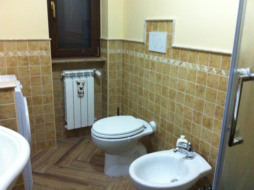 Pavimento in gres porcellanato effetto legno miele posato - Greca per bagno ...