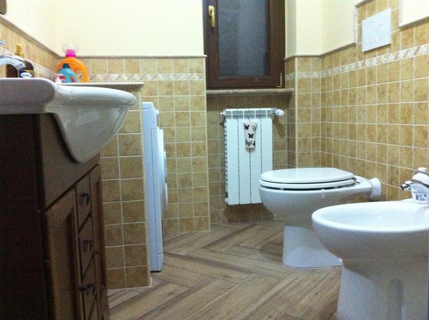 Pavimento in gres porcellanato effetto legno miele posato a spina di ...